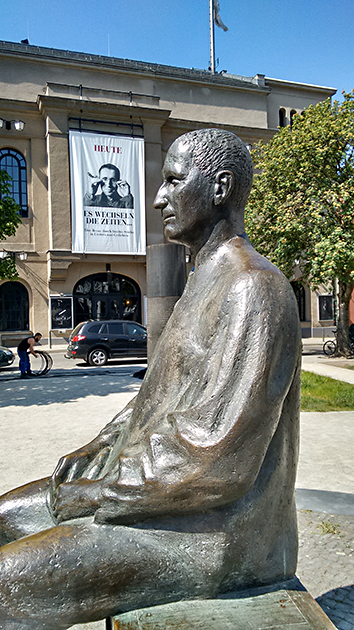 Brecht-Statue vor dem Berliner Ensemble